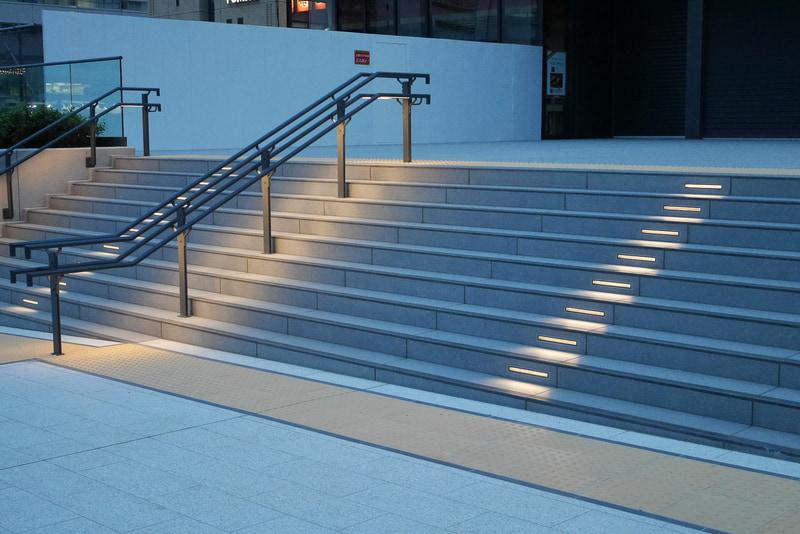 階段と手すりは、暗くなると照明が灯る