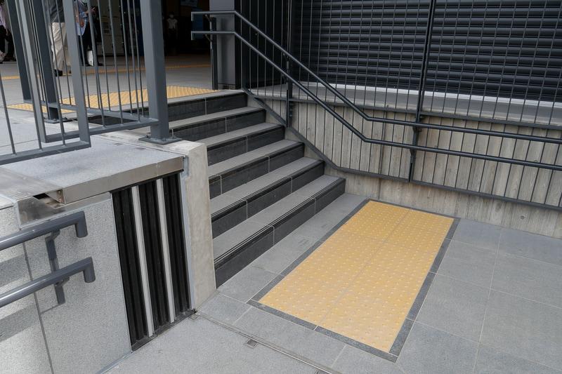 スロープの途中から横に抜ける形で6段の階段がある