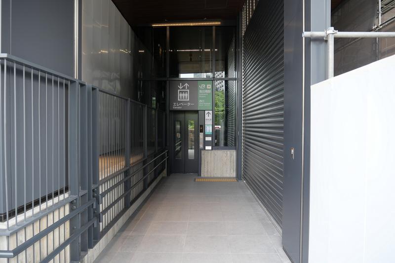 スロープの先には、改札階と2階へとアクセスするエレベーターを設置