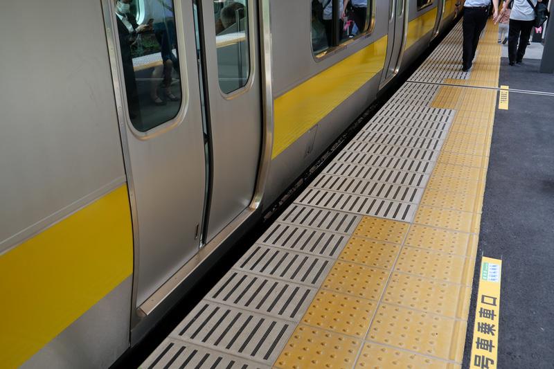 新ホームでは列車との隙間が最大約15cmに狭まり、段差も解消している