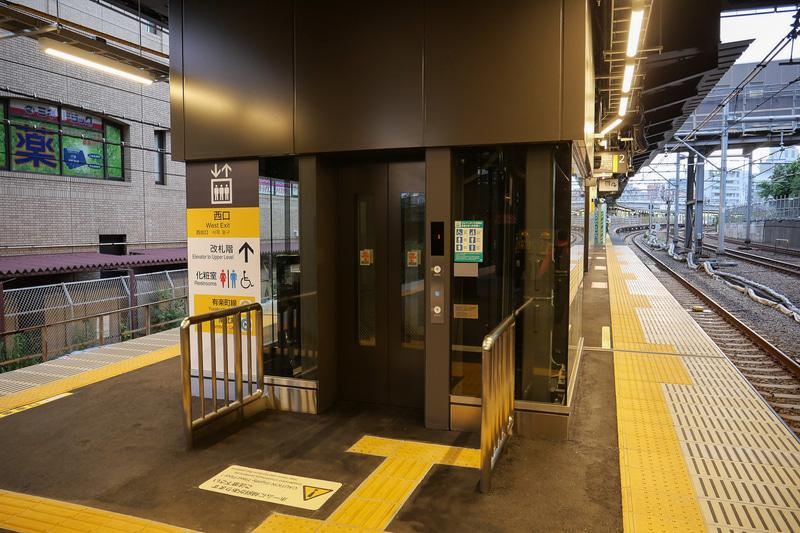 ホーム側のエレベーター乗降口