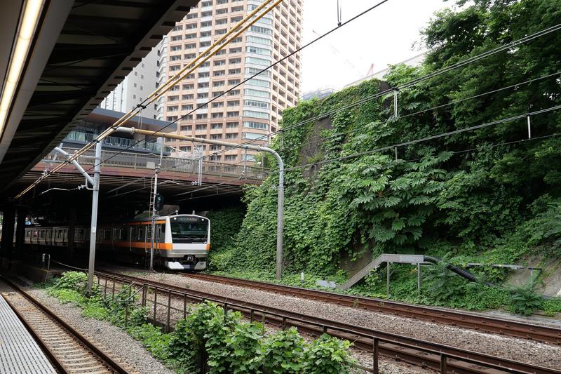 新ホームからは牛込橋や牛込見附跡の石垣が望める。周囲に史跡があり、運行を続けながらの難工事は、地元自治体の協力があったからこそ進められたとJR東日本は感謝の意を示した