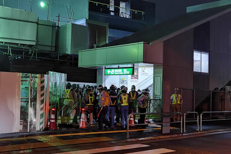 7月11日23時に西口仮駅舎の営業を終了し、工事関係者が中へと入っていった