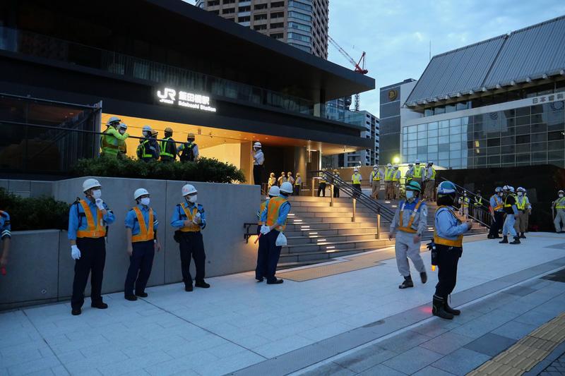 新ホームと新西口駅舎の供用開始を目前に控え、工事関係者が駅周辺を取り囲んでいた