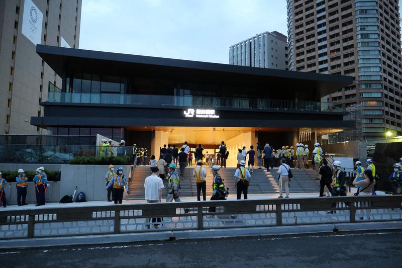 7月12日午前4時30分に新ホームと新西口駅舎の営業が開始となり、利用者や鉄道ファンが駅内へと進んでいった
