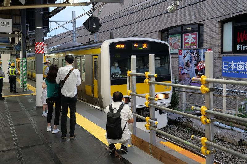 定刻通り初発電車が到着し、最初の乗客の乗せて出発していった