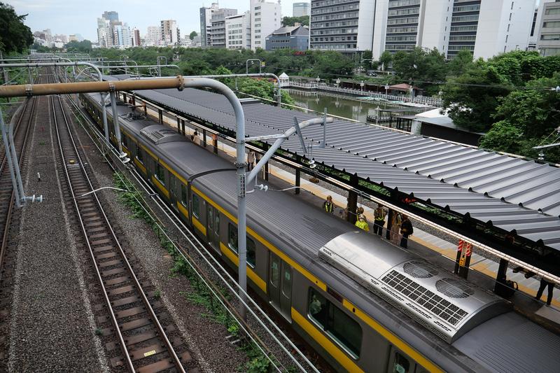 新宿方面の2番線に列車が停車している様子