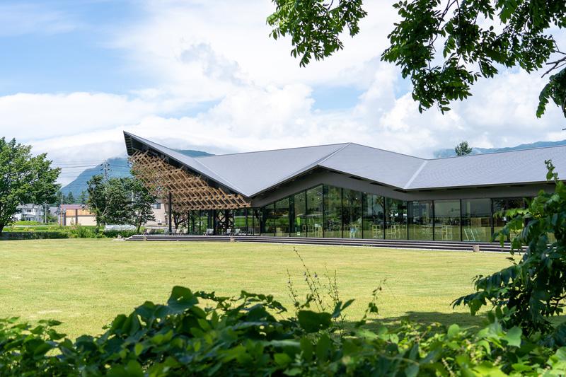白馬駅から徒歩10分の場所にできた「スノーピークランドステーション白馬」は、隈研吾氏デザインの大屋根と独特の木組みが特徴