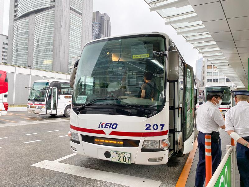 早朝、新宿バスタからアルピコ交通の高速バスで出発