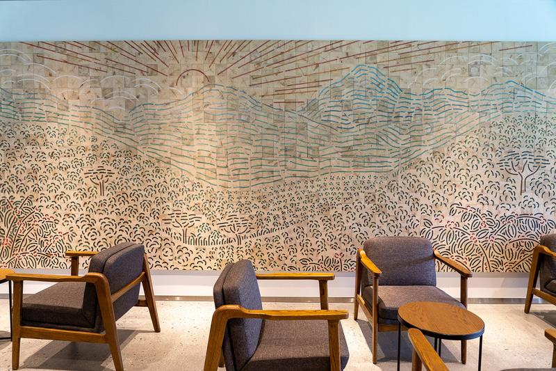 建築工事で出た廃材を使ったアートが壁一面に