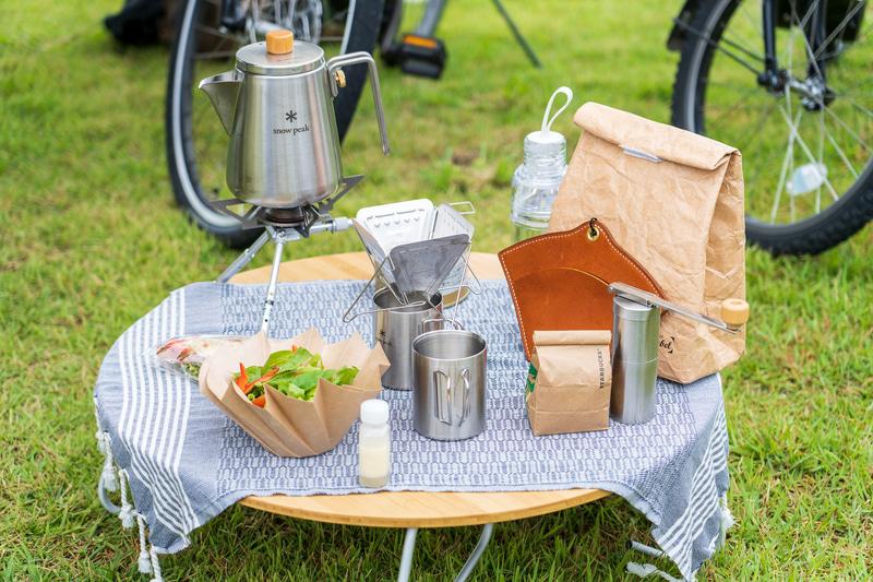 ケトルやドリッパーなどのアイテムがレンタル。それらを専用バッグに入れて、自転車のカゴにセットしたら準備完了