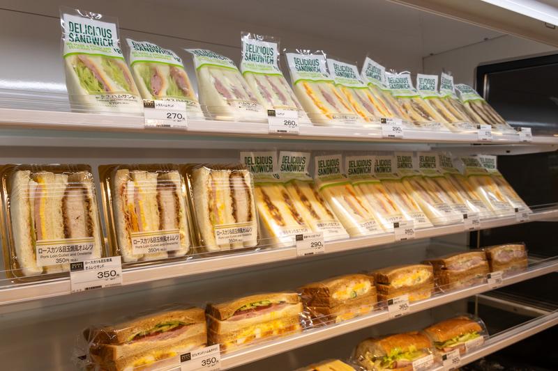 食材にこだわったサンドイッチやおにぎり、名店のお弁当がズラリと並ぶ。店内にはお土産コーナーもある