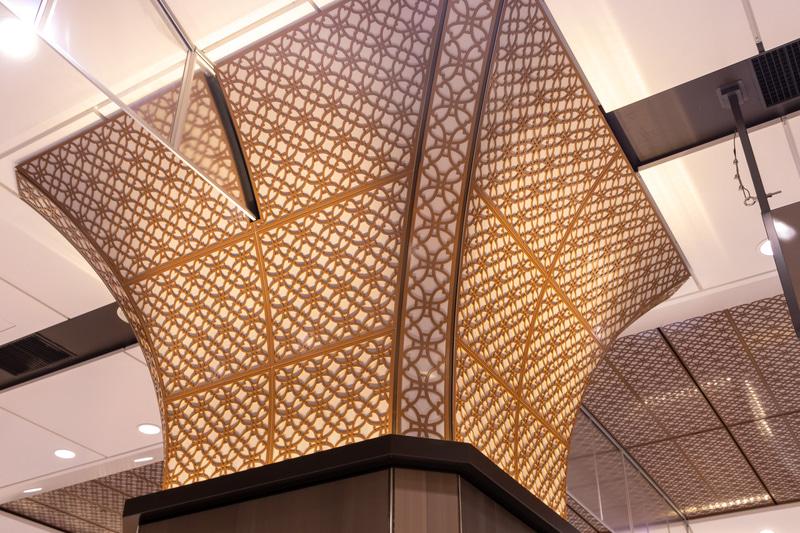 こちらもリサイクルしたアルミを用いた柱と天井の装飾