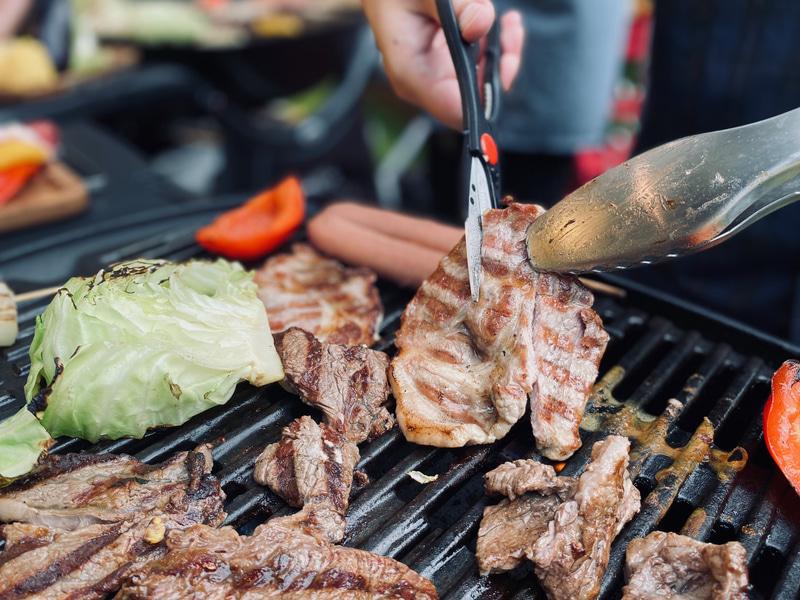 牛肩ロース、豚肩ロース、フランクフルト、野菜がセットに