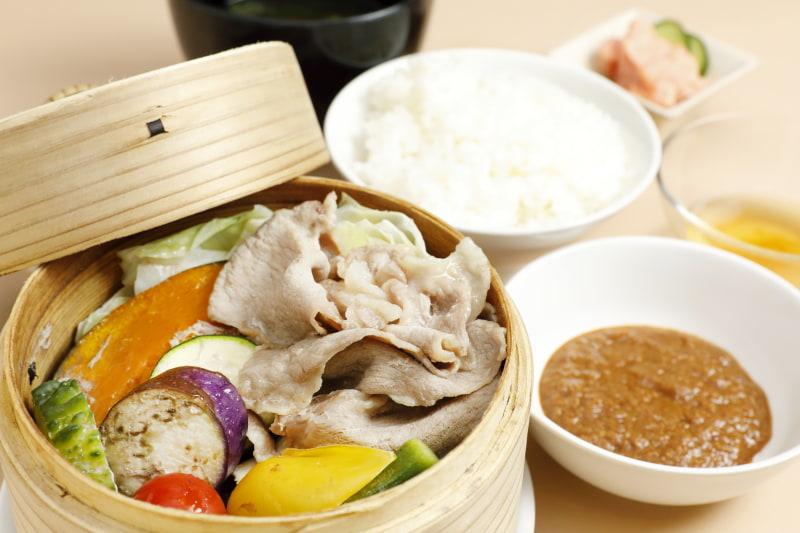 Café M/N「かごしま黒豚と夏野菜のせいろ蒸し定食」