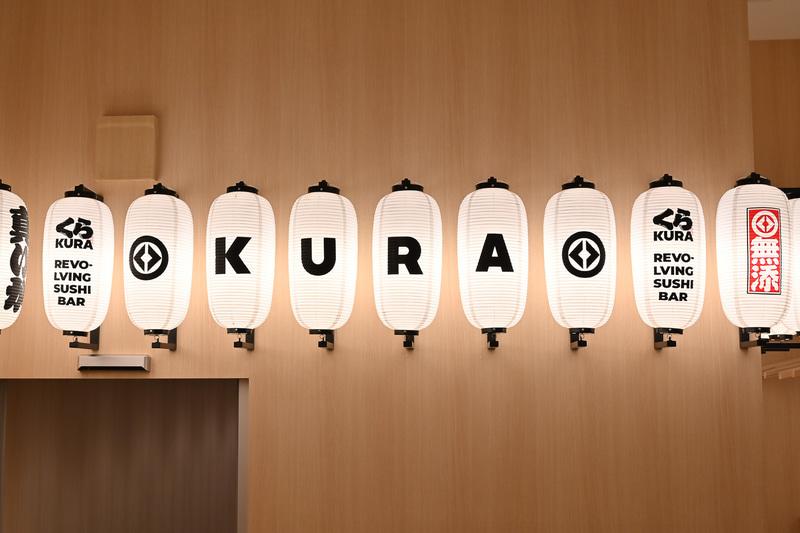 浅草ROX店では9月11日~10月31日の期間中、フロアスタッフが炭治郎や禰豆子らのデザインの法被を着て接客する