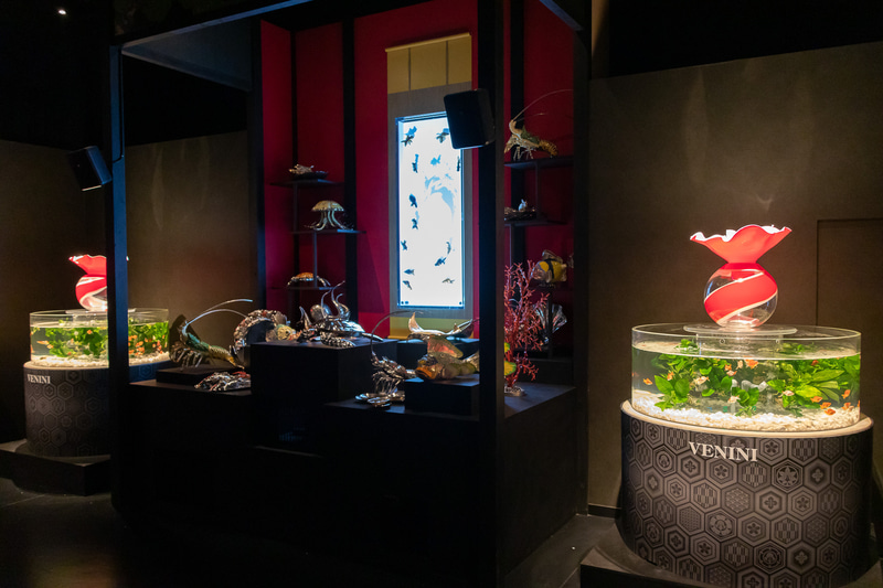 「床掛け金魚飾り」の両脇にはヴェネツィアンガラスアートのVeniniとの共同作品である「VENINI」を設置したコーナー