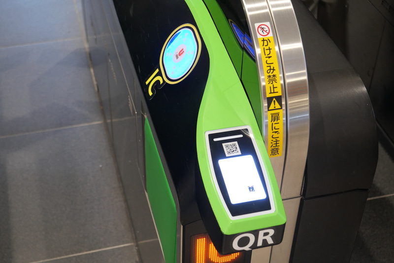 タッチしやすい自動改札機には、入り口手前にQRコードリーダー、その奥にICカードリーダーが斜めに配置されており、QR券は手前のQRコードリーダーにかざして利用する