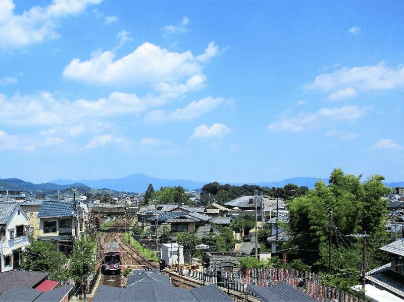 嵐山駅屋上エリア(手前は嵐電嵐山駅とキモノフォレスト、正面奥は比叡山)