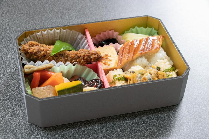 写真は2015年デビューのロングセラー「東海道新幹線弁当」(1000円)