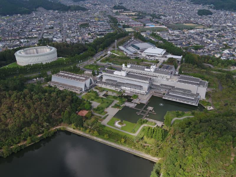 左の円形建物が「ザ・プリンス 京都宝ヶ池」中央が国立京都国際会館