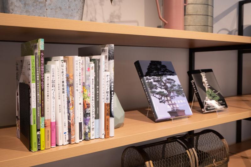 本棚には盆栽に関する本。大宮は盆栽の街として有名
