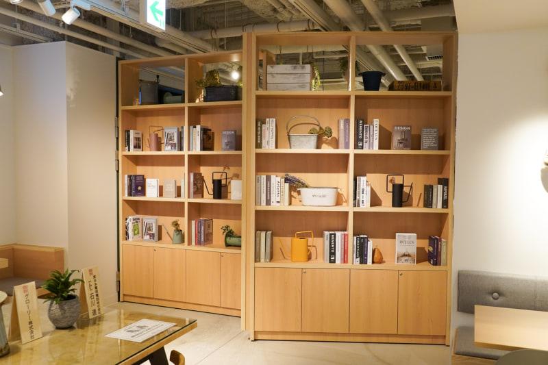 奥に見える本棚は開閉する。この奥に朝食レストランがあり、朝食時にのみ開けるスタイル