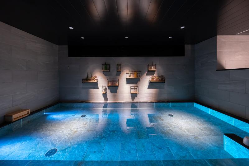 浴槽は十分な広さがあり、壁に植物が飾られている