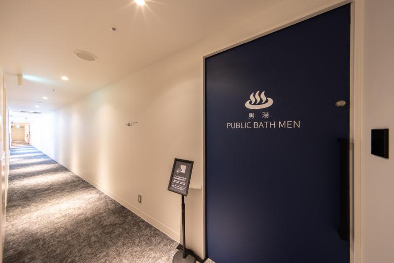 大浴場のドア。男性側はカードキー、女性側は暗証番号を入れないと開かない