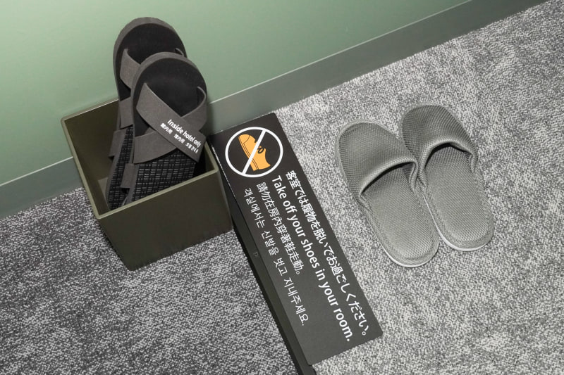 室内では靴を脱いで過ごす
