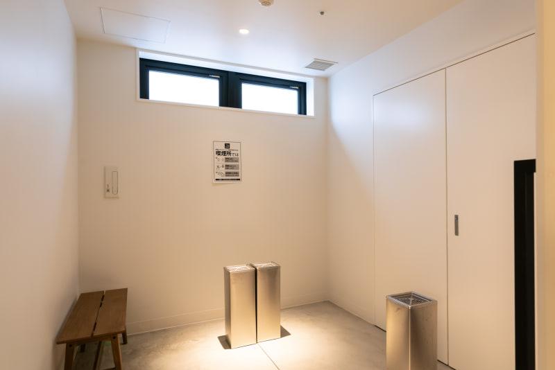 1階にある喫煙室は広め