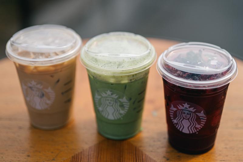 米Starbucksでは、9月からアメリカとカナダの店舗において、ストローが不要になるプラスチック製のフタを使いコールドドリンクを提供している