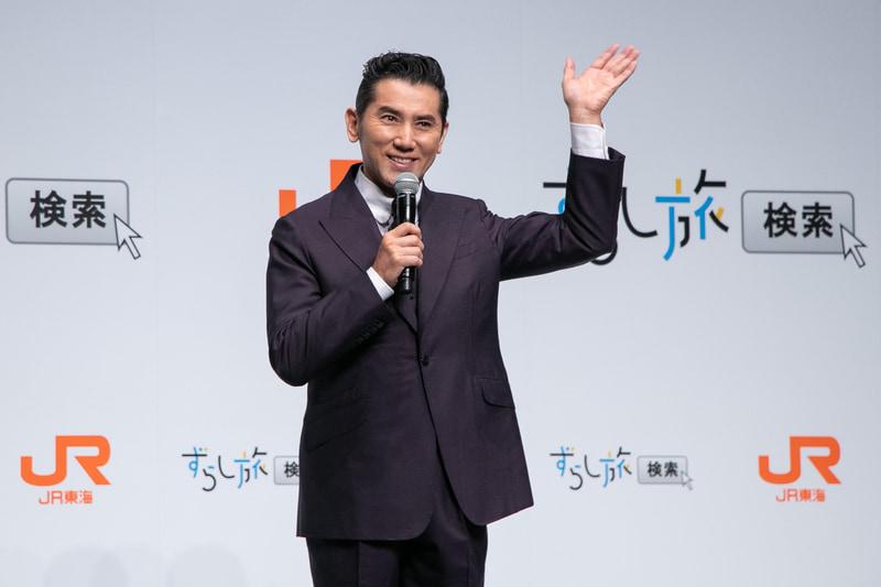 新CMに出演した本木雅弘さんが登場