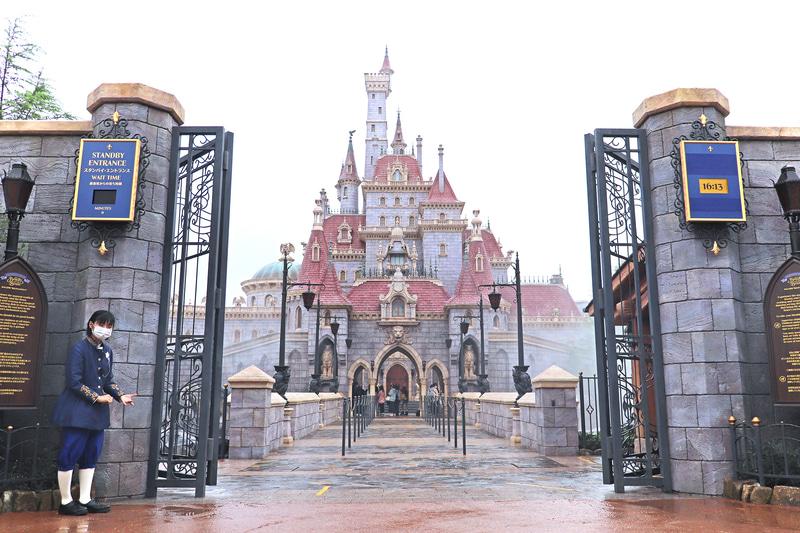 美女と野獣の城の門。ここから先はパスが必要