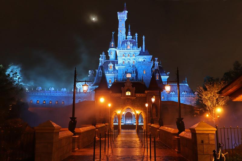 「美女と野獣の城」は夜になるとさらに怪しい雰囲気に