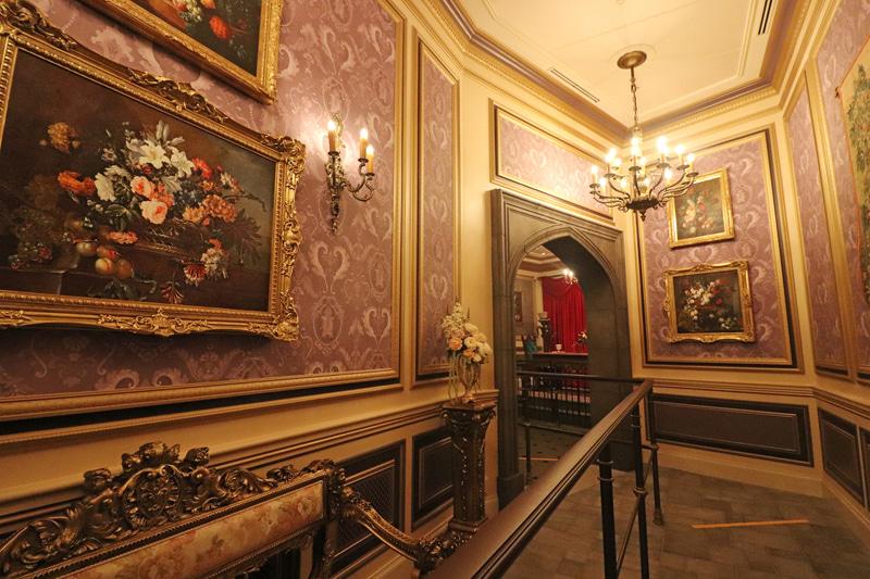 通路の壁には豪華な絵画が並ぶ。壁紙の隠れ「ルミエール」や「コグスワース」を探してみよう