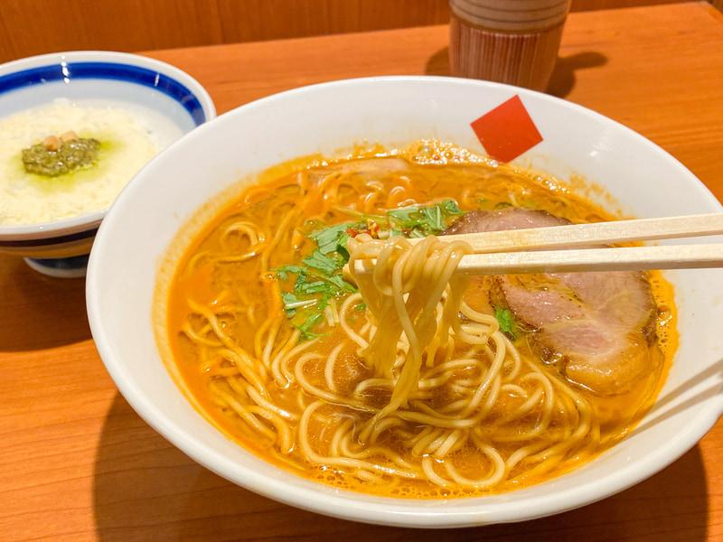 コシの強い細麺がスープによくマッチしています