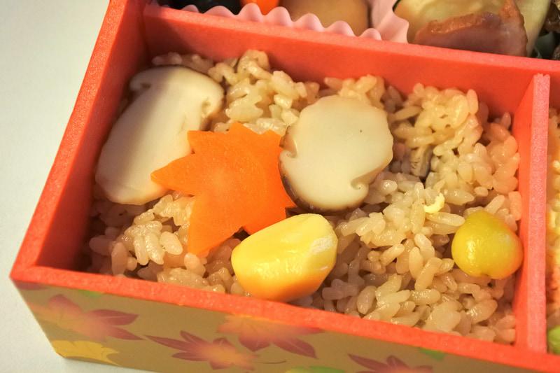 松茸煮や銀杏、栗などを乗せたきのこご飯はまさに秋味の共演