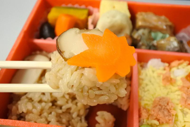 たっぷり箸に取り、ほおばるとふわりと松茸の香りが口に広がります