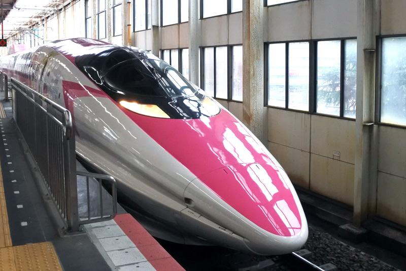 「ハローキティ新幹線」がJR広島駅に入線