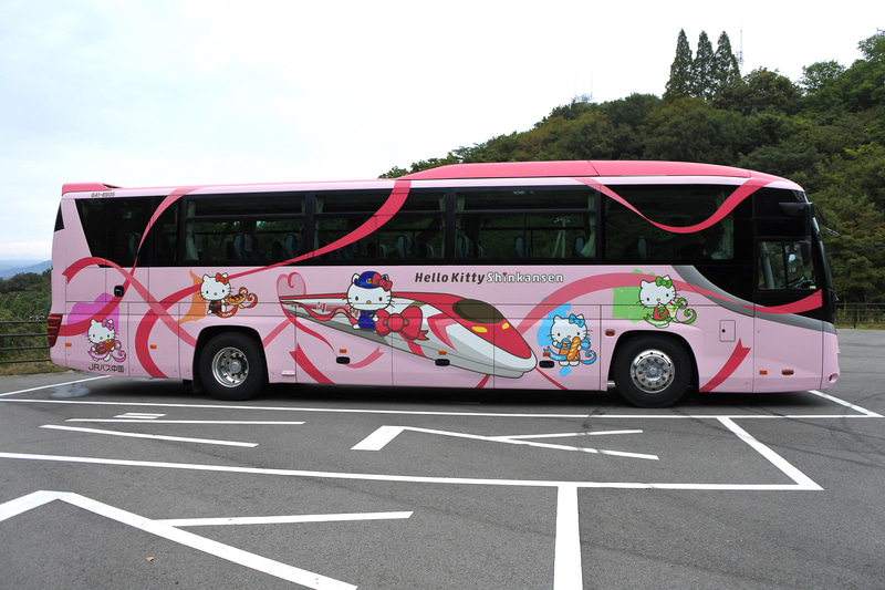 「ハローキティ新幹線 ラッピングバス」も運行中。出会えたらきっと1日中幸せな気持ちに