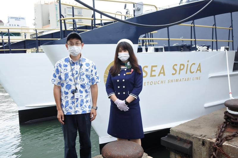 マリンボーイとガイドさんがお出迎え。制服は船のデビューに合わせ新デザインに