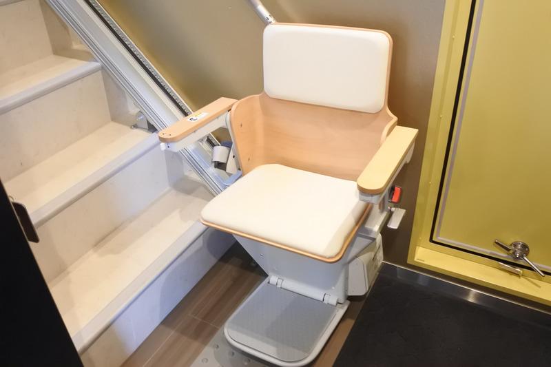 車椅子の利用者は椅子式の階段昇降機を利用しデッキへと向かうことができます