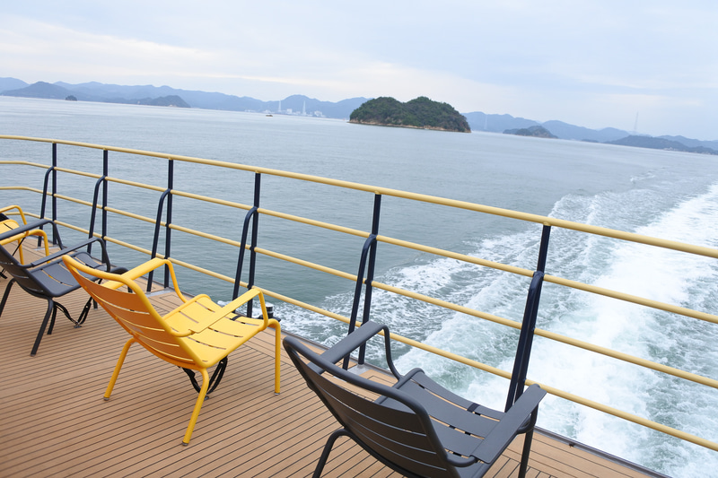 デッキ後方からの眺め。瀬戸内の島々を一望。晴れるとさらに美しいとのこと