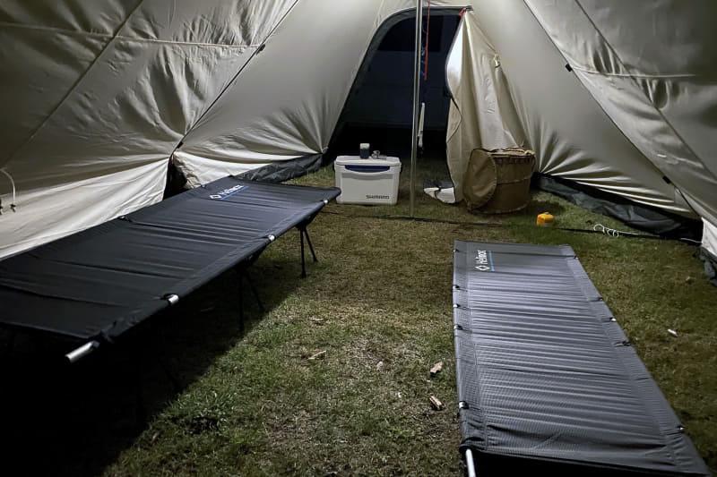 ツインピルツフォーク T/Cには、内部に設置するテント(インナー)がオプションとして用意されているが、今回はシェルター内の地面に直接コットを置いて寝た