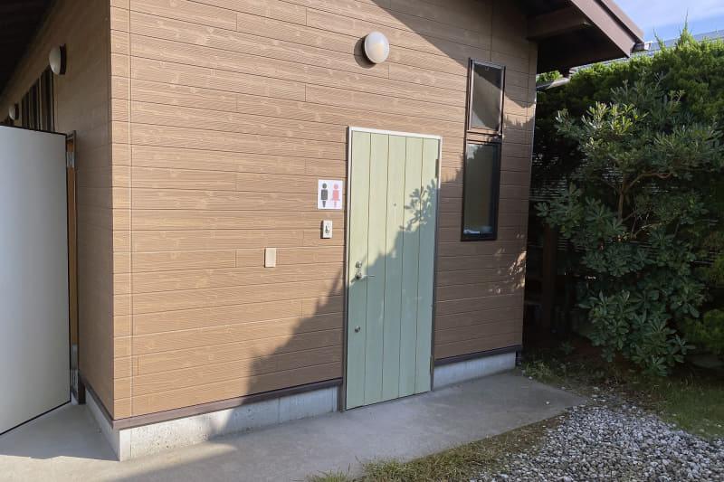 受付の近くにあるトイレ棟。男女それぞれのトイレに加え、多機能トイレも用意している