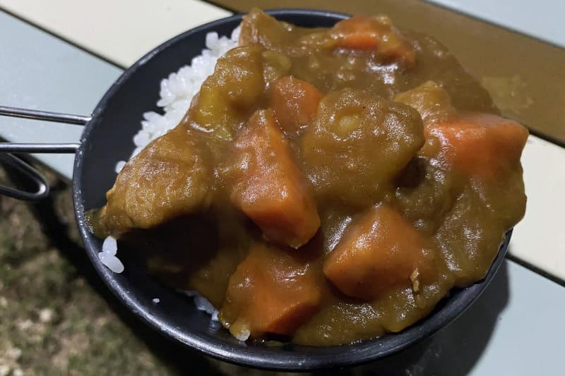 ルーを入れてしっかり煮込めばできあがり。自然のなかで食べるカレーはやはり絶品