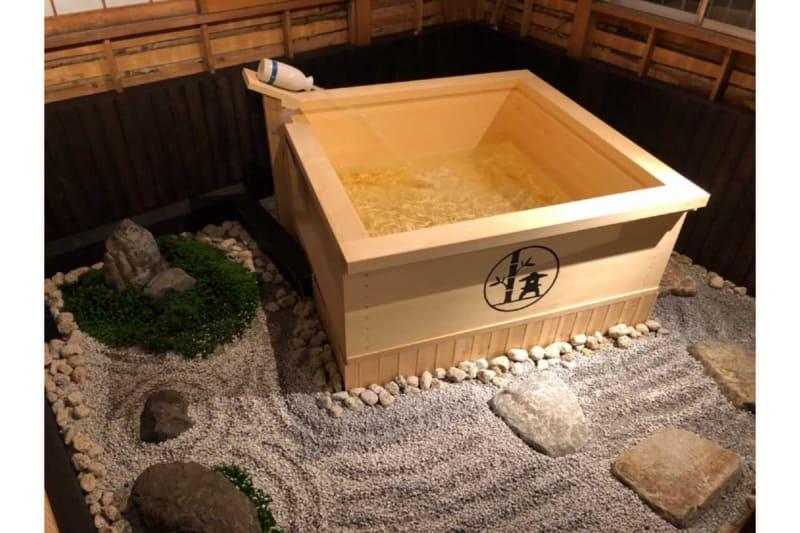 酒を注ぐ枡をイメージした屋上露天風呂