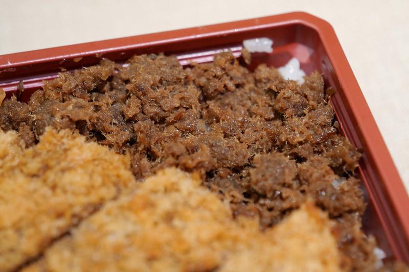 ご飯の上には鯨のそぼろを敷き詰めている。濃い醤油ベースの、佃煮のような味わいで、ご飯が進む