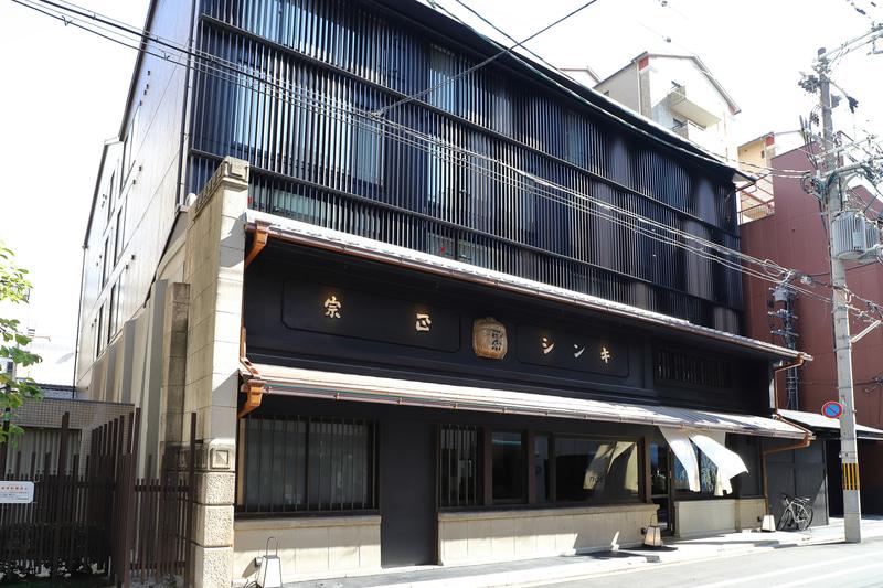 道路に面した京町家はラウンジとして利用、客室はその裏手に新たに建築した